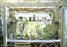 やっぱり待ちきれず、早起きをして、ガーデンルーム風の棚を完成させました。 お花や...