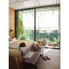 Banco en V como pie de cama en Casa Clara! Funcional, práctico y estéticamente perfecto! Ph y producción: @sol_van_dorssen @pompigutnisky para @revistalivingarg