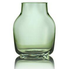 Vase Small Silent Muuto de la marque Muuto est proposé dans la collection Vase.   Vase Small Silent Muuto est de couleur Vert et dans la matière VERRE.  Enfin le poid de Vase Small Silent Muuto est de 1.0000kg.