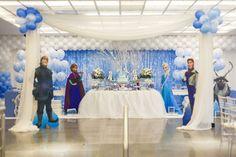 Linda inspiração de decoração para Festa Infantil Frozen produzida pela empresa Festa Provençal com a predominância do azul e do branco.