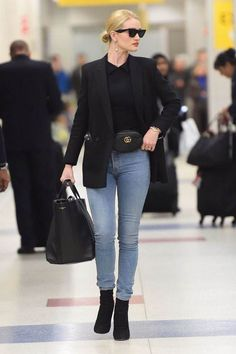 Get the most out of your transitional style with outfit inspiration from Rosie Huntington-Whiteley — pics! Rosie Huntington Whiteley, Womens Fashion Online, Latest Fashion For Women, Jeans Claro, Vetement Fashion, Trendy Swimwear, Vintage Outfits, Look Chic, Casual Chic