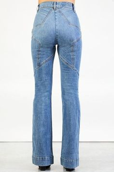 Venus Flares / Eclipse Wash in 2020 Chic Outfits, Trendy Outfits, Jean Outfits, Types Of Jeans, Jeans And Flats, Altering Clothes, Country Outfits, Denim Fashion, Bohemian Fashion