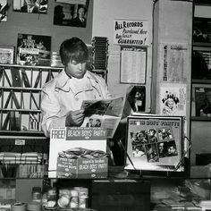Brian Wilson of the Beach Boys at Wallich's Music City in Los Angeles. Brian Wilson, The Beach Boys, Vinyl Record Shop, Vinyl Records, Vinyl Store, Daft Punk, Wilson Brothers, Jazz, Mike Love
