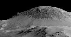 Linhas escuras em monte no centro da cratera Horowitz, em Marte, atribuídas a água salgada líquida (Foto: Nasa/JPL/Universidade do Arizona)