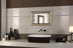 carrelage mural marron et beige clair et une vasque marron dans la salle de bains