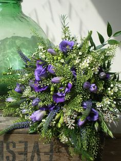 From our wealth of experience, we know that lime foliages can bring recessive purples to the fore. This wild bouquet will add a perfectly informal touch to your lovely country wedding!