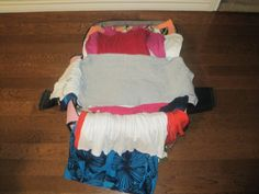 Packing method to fit 8 days into a carry-on. What I like about this is that she sticks to an easy mix-and-match color palette. That being said, I would say that if she mixed up  her outfits even more, she would see that she has even more than 8 days of outfits in there.