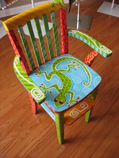 Painted chair with lizard Whimsical Painted Furniture, Hand Painted Chairs, Hand Painted Furniture, Funky Furniture, Art Furniture, Repurposed Furniture, Furniture Makeover, Painted Tables, Wooden Chairs