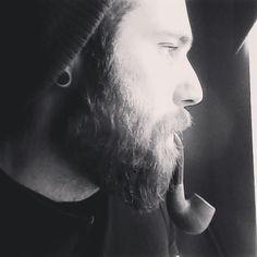 """Florian lässt seinen Bart nun seit etwa einem Jahr wachsen, hat vorher aber immer einen kürzeren Bart getragen. Ein Lieblingsprodukt für die tägliche Bartpflege hat er nicht. Sein Tipp: """"Was für die Haare der Freundin gut ist, macht auch einen schönen Bart."""" :-{) #blackbeards #Bartpflege #Beardcare"""