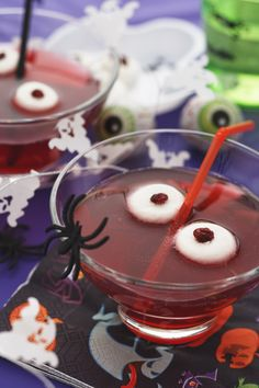 Hosting a Halloween party is a great excuse to mix up a scary punch. Explore spiked and nonalcoholic recipes and get ideas for adding creepy decorations. Punch Halloween, Halloween Dinner, Halloween 2020, Coktail Halloween, Monster Punch, Make Ahead Lunches, Mini Pies, Punch Recipes, Real Food Recipes