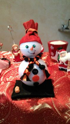 Pupazzo di neve con pannolenci e materiale creativo