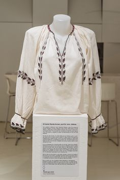 Folk Costume, Costumes, Beautiful Blouses, Cross Stitch Patterns, Bell Sleeve Top, Textiles, Embroidery, Knitting, Romania