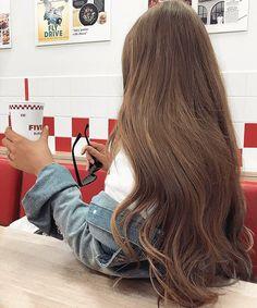 Eu gosto tanto de vê-la com aquele cabelo tão lindo, um jeitinho lindo de andar, ela é tão... Incrível, ela é única, eu gosto tanto... dela nossa...
