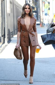 Nov 2019 - Olivia Culpo risked a wardrobe malfunction in Los Angeles on Monday when she opted to go braless in a leather power suit for a meeting. Look Fashion, Autumn Fashion, Womens Fashion, Classy Outfits, Chic Outfits, Girl Outfits, Modelos Fashion, Mode Streetwear, Looks Chic