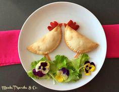 Una ricetta per bambini, creativa e divertente. Panzerotti a forma di gallo con insalata e fiorellini eduli. #funnyfood #foodart #food4kids #creativefood #visualfood