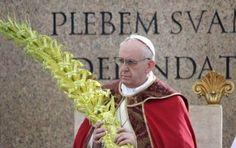 REUTERS/Max Rossi / Papa Francisco segura ramos durante celebração deste domingo