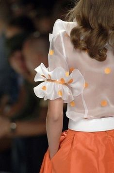 Lorenzo Riva at Milan Fashion Week Spring 2007 - Fashion details - Kurti Sleeves Design, Sleeves Designs For Dresses, Fancy Blouse Designs, Saree Blouse Designs, Sleeve Designs, Dress Designs, Sari Design, Diy Design, Fashion Details