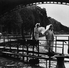 Canal Saint-Martin, Paris,1953, Al'époque ou les habitants marchaient sur les passerelles des écluses du canal saint-Martin.#canalsaintmartin #paris10 #paris75010  © Robert Doisneau