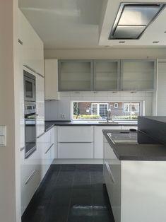 grau weiße Küche dunkler Boden -jetzt noch helles Holz für die Korpusse und Fronten dann ist es perfekt