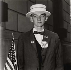 Diane Arbus, Boy with a straw hat waiting to march in a pro-war parade, N.Y.C. 1967.jpg (JPEG-Grafik, 1024 × 1016 Pixel)