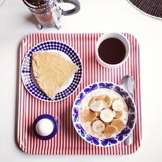 Söndagsfrukost. ☕ #frukost#frukostbricka#ikea#stiglindberg#adam#rörstrand#monamie#havregrynsgröt#banan#kanel#ägg#jordnötssmör#kaffe#bodum#nymo#nyhetsmorgon #Padgram