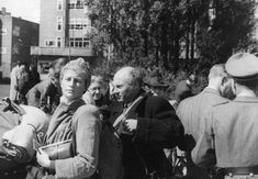 1943. Jewish couple at the Daniël Willinkplein (Victorieplein) in Amsterdam. The square was used as an assembly point for Jewish citizens before they were transported to the Muidepoort station. #amsterdam #worldwar2 #DaniëlWillinkplein