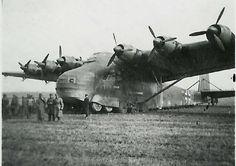"""Die Me-323 """"Gigant"""" wurde ab November 1942 bei der I./KG z.b.V. 323 im Mittelmeerraum zum Nachschubtransport für die in Nordafrika kämpfenden deutschen und italienischen Truppen eingesetzt. Innerhalb eines Jahres verzeichnete das Geschwader 65 Verluste. Ab Oktober 1943 wechselte das Geschwader an die Ostfront."""