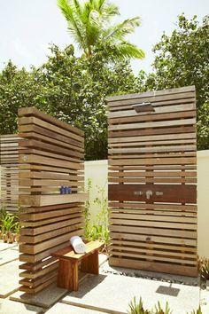 moderne Gartendusche Holzwand Steinplatten Bodenbelag