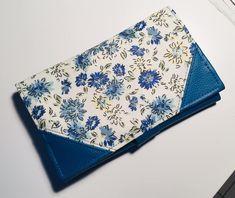 Compagnon Complice en simili bleu et coton fleuri cousu par Cecile - Patron Sacôtin
