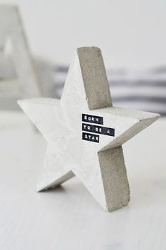 More adorable projects with concrete. These DIY concrete star decorations become something cool and sort of hipster with the application of black and white label tape. Concrete Crafts, Concrete Projects, Concrete Design, Diys, Wooden Stars, Diy Blog, Floor Design, My New Room, Christmas Diy