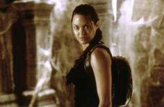 Image copyright                  Alamy                  Image caption                                      Lara Croft pasó de ser un juego de videoconsolas a un personaje de Hollywood, encarnado por Angelina Jolie.                                Nació en la época de las Spice Girls, tan sólo tres meses después de que la banda femenina británica lanzara el