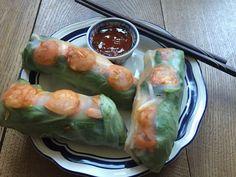 Fresh springrolls with shrimp. Rol in een rijstvel: - verse spinazie - tauge - wortelrasp - koriander - reepjes paprika - garnalen gebakken in hoisinsaus Doe er wat chilisaus bij: klaar!! Superlekker!!