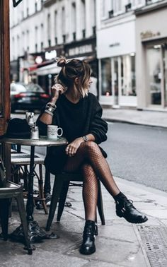 How to Pull Off a Stunning All Black Look - Fashion moda Looks Street Style, Looks Style, Style Me, Edgy Chic Style, Edgy Chic Outfits, Casual Grunge Outfits, Street Style Shoes, Chic Chic, Street Style 2017