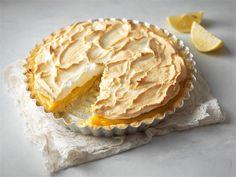 Lemon Meringue Pie on englanninkielisen maailman suosikkileivonnainen. Kirpeä sitruunatäyte ja makea marenki sopivatkin hyvin yhteen.