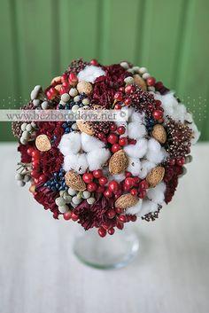Зимний букет невесты с хлопком, миндалем, красными и синими ягодами, брунией
