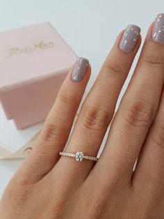 Anel de Noivado My Dream - Anéis de Noivado é na Reisman! Engagement Ring Buying Guide, Engagement Rings Cushion, Beautiful Engagement Rings, Cute Promise Rings, Cute Rings, Unique Rings, Wedding Rings Simple, Wedding Rings Vintage, Dainty Jewelry