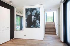 Einfamilienhaus in Telfs - Tirol:  150 m² | Holzbau | Passivhaus| ⓒ Planung: Melis + Melis | Architekturbüro. Mehr Informationen finden Sie auf unsere website melisplusmelis.com Bungalows, Hall In Tirol, Room, Furniture, Home Decor, Atrium Ideas, Open Living Area, Window Screen Frame, Home Technology