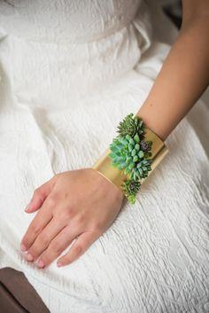La collectionLiving Jewelry vous propose de porterdes plantes vivantes en guise de bijoux, remplaçant les traditionnelles pierres précieuses par de délic