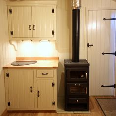 Kitchen wood stove wood stove with a baking oven in tiny house wood fired kitchen stoves . Tiny House Living, Small Living, Living Room, Wood Stove Decor, Tiny House Wood Stove, Wood Stove Cooking, Kitchen Stove, Kitchen Wood, Shepherds Hut