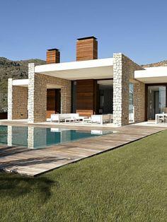 villa contemporaine, colonnes en pierre et terrase avec piscine