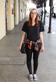 street style - black legging - adidas shirt - touca - sunglasses - nude hat - sneakers - tênis - black bag - bolsa preta - blusa colorida - round glasses