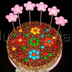 Torta decorada con dandys, ping-pong y pirulines.