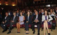 Su Majestad la Reina, en la primera fila de asientos, junto a las personalidades que la acompañaban, antes del comienzo de la mesa redonda