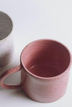Du rose ! Cette tasse aux proportions généreuses sera parfaite pour vos thés ou cafés allongés. Sa large anse ronde idéale à tenir et l'aspect moucheté du grès blanc émaillé lui confèrent son originalité