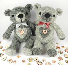 Huggy Huggy Bear Crochet Pattern (disponible en anglais ou en Français) est un motif dours doux et classique. Cet ours porte son cœur sur le