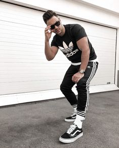 Outfit All Black com meia cano alto Black Vans Outfit, Vans Outfit Men, Adidas Outfit, Cool Outfits For Men, Swag Outfits Men, Looks Adidas, Look Man, Mens Sweatpants, Mens Clothing Styles