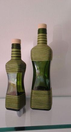 garrafas de azeite forradas com linha de crochê.