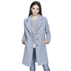 Manteau coupe droite avec décoration en laine bouclette. Col revers, deux poches passepoilées, fermeture au centre avec boutons. La pièce est entièrement doublée.
