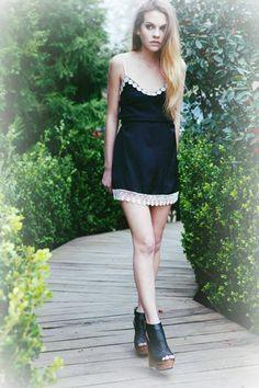 Lindo lindo solero negro con detalle de puntillas y flores blancas para el día o la noche. Es el vestido Paula de Penny Love.