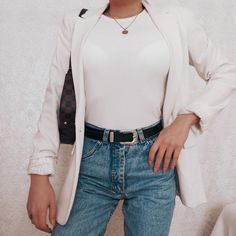 Mom fit jeans and white blazer Jeans Fit, Fashion Inspiration, Ootd, Blazer, Blouse, Long Sleeve, Fitness, Sleeves, Outfits